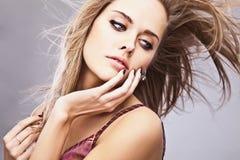 Jeune pose modèle sensuelle de fille dans le studio. Photo libre de droits