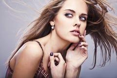 Jeune pose modèle sensuelle de fille dans le studio. Images stock