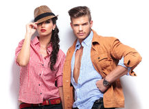 Jeune pose occasionnelle décontractée de couples Images stock