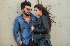 Jeune pose occasionnelle de couples dans le vent Photographie stock libre de droits
