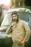 Jeune pose pilote près de l'hélicoptère Photos stock