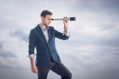 Jeune position belle attrayante d'homme d'affaires photos stock
