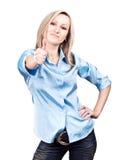 Jeune position caucasienne heureuse de femme d'isolement sur W Photo stock