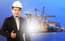 Jeune position d'homme de directeur et contrôle de qualité de signe bon de port Photographie stock libre de droits