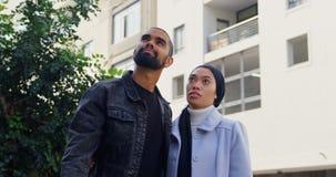 Jeune position de couples dans la rue 4k banque de vidéos
