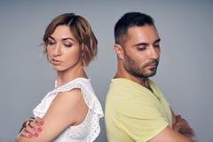 Jeune position de couples de nouveau au dos avec l'expression de la tristesse photo libre de droits