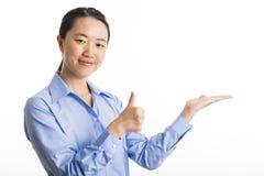 Jeune position de femme d'affaires d'isolement sur le blanc Photos stock