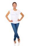 Jeune position de femme de couleur photo stock