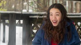 Jeune position de l'adolescence asiatique dans la neige photo libre de droits