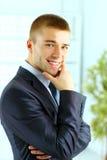Jeune position de sourire d'homme d'affaires Photos stock