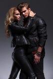 Jeune position dramatique de couples embrassée image libre de droits