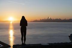 Jeune position femelle courageuse contre le contexte de San Francisco photographie stock