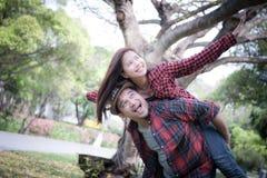 Jeune position gaie de couples images libres de droits
