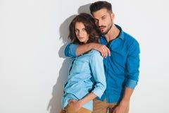 Jeune position occasionnelle chaude de couples embrassée Image libre de droits