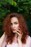 Jeune position sensuelle rousse de portrait de femme près du wa en bois photos libres de droits