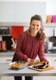 Jeune potiron cuit au four de femme au foyer par portion image stock