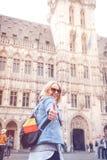 Jeune pouce gai heureux d'apparence de femme contre le contexte de Grand Place ? Bruxelles, Belgique image libre de droits