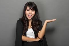 Jeune présentation asiatique de Smile de femme d'affaires Photos stock