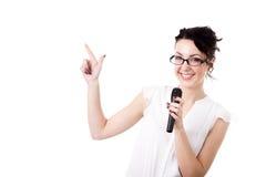 Jeune présentatrice de femme de bureau avec le microphone sur le fond blanc Images stock