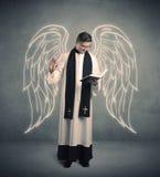 Jeune prêtre en donnant sa bénédiction photos libres de droits