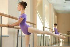 Jeune pratique en matière de ballerine sur le barre Photos libres de droits