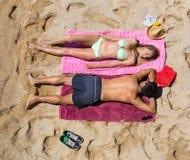 Jeune prendre un bain de soleil de sourire d'amants Photo libre de droits