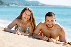 Jeune prendre un bain de soleil heureux d'amants Photo stock