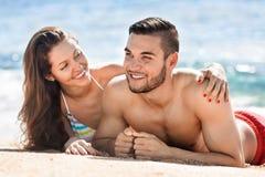 Jeune prendre un bain de soleil heureux d'amants Photographie stock