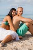 Jeune prendre un bain de soleil heureux de couples Photographie stock libre de droits