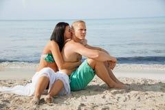 Jeune prendre un bain de soleil heureux de couples Photo stock