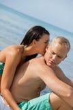 Jeune prendre un bain de soleil heureux de couples Image libre de droits