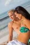 Jeune prendre un bain de soleil heureux de couples Photo libre de droits