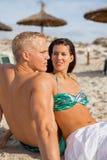 Jeune prendre un bain de soleil heureux de couples Image stock