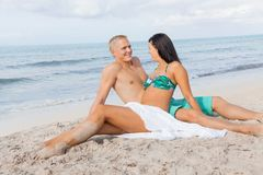 Jeune prendre un bain de soleil heureux de couples Photos stock