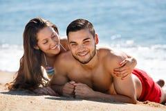 Jeune prendre un bain de soleil riant d'amants Photographie stock