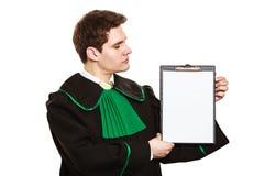 Jeune presse-papiers masculin de prise d'avocat Image libre de droits