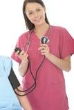 Jeune pression femelle décontractée heureuse professionnelle de docteur Taking The Blood d'un patient Images libres de droits