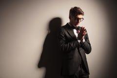 Jeune prière élégante d'homme d'affaires photo stock