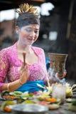 Jeune prière de femme de Balinese Photographie stock