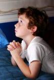 Jeune prière de garçon photo libre de droits