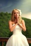 Jeune prière de jeune mariée Images stock