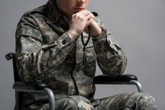 Jeune prière masculine militaire handicapée photo stock