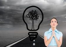 Jeune prière préoccupée de femme d'affaires image stock