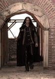 Jeune prince médiéval avec le sabre et le manteau noir Images stock