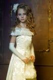 Jeune princesse dans une robe blanche photo stock