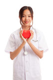 Jeune prise femelle asiatique de docteur un coeur et un sourire rouges Photo stock