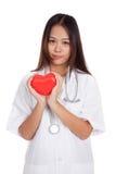 Jeune prise femelle asiatique de docteur un coeur rouge Image libre de droits