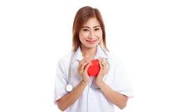 Jeune prise femelle asiatique de docteur un coeur rouge Photographie stock
