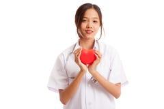 Jeune prise femelle asiatique de docteur un coeur rouge Image stock