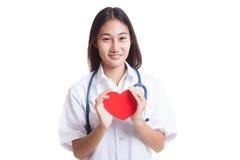 Jeune prise femelle asiatique de docteur un coeur rouge Photos libres de droits